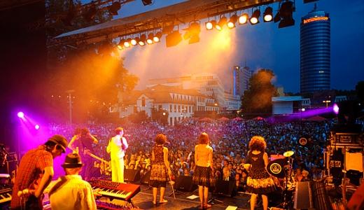 JEZT - Die Kulturaena Jena - Bühne des Theaterhauses mit Theatervorplatz - Pressefoto © JenaKultur