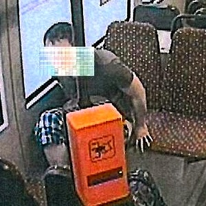 JEZT - Lichtstadt.News - Ein junger Mann kackt mitten in eine Jenaer Straßenbahn - Foto © Jenah