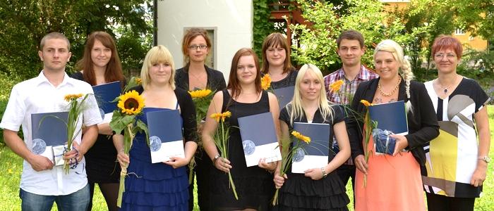 JEZT - Ausbildungsleiterin Steffi Gal mit Auszubildenden der FSU Jena die 2014 feierlich verabschiedet worden sind - Foto © FSU Jürgen Scheere