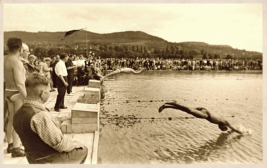 JEZT - Das Ostbad in Jena - Die ersten Badegaeste springen am 25 Juli 1954 ins Becken - Foto © Jenaer Baeder GmbH