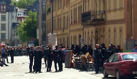 JEZT - Das besetzte Haus in der Carl-Zeiss-Strasse 11 in Jena wird von der Polizei geräumt