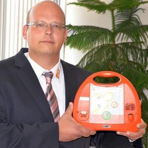 JEZT - Markus Wimmer vom ASB Jena übergibt Defibrillatoren - Foto © Stadt Jena, Barbara Glasser