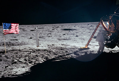 JEZT - Neil Armstrong an der Mondfaehre - NASA Foto