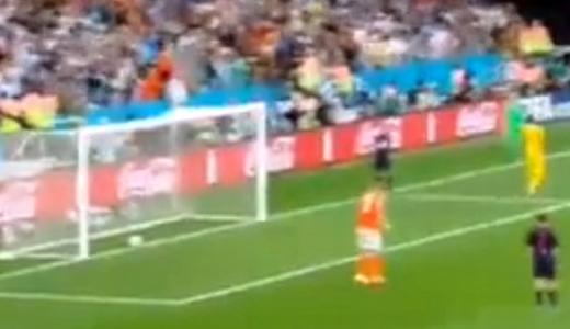 JEZT - Ron Vlaars Elfmeter gegen Argentinien rollte nachtraeglich ins Tor