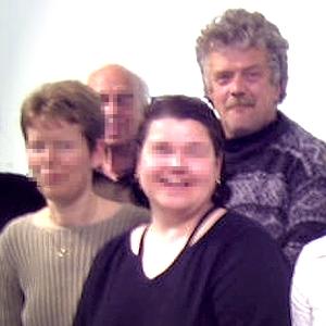 JEZT - Vier Menschen auf einem Foto - Symbolbild
