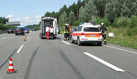 JEZT - Bergung von Unfallopfern auf der Autobahn A9 bei Bad Klosterlausnitz - Foto der API LPI Jena vom August 2014
