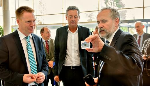 JEZT - Dr. Andreas Braeuer erklaert Minister Matschie die Moeglichkeiten der am Fraunhofer IOF Jena entwickelten ultraflachen Kamera