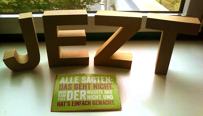 JEZT - Logo im Buero von Rainer Sauer - Foto © MediaPool Jena