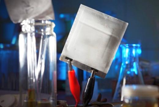 JEZT - Prototyp einer ultraduennen und extrem felxiblen Folien Batterie - Foto © FSU JP Kasper