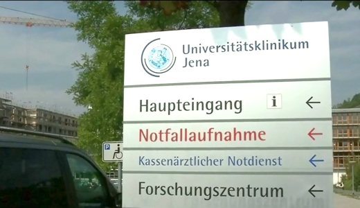 JEZT - Tafel vor dem Eingang des UKJ in Jena - Foto © MediaPool Jena