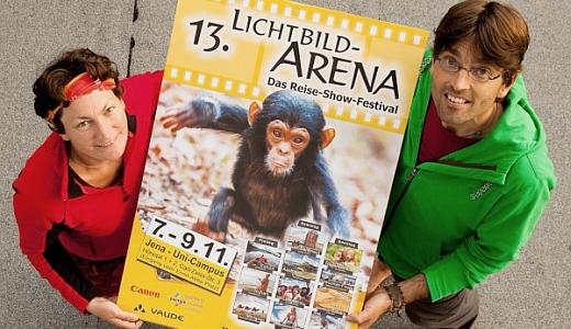 JEZT - Barbara Vetter und Vincent Heiland mit einem Plakat der Lichtbildarema 2014 - Foto © Lichtbildarena
