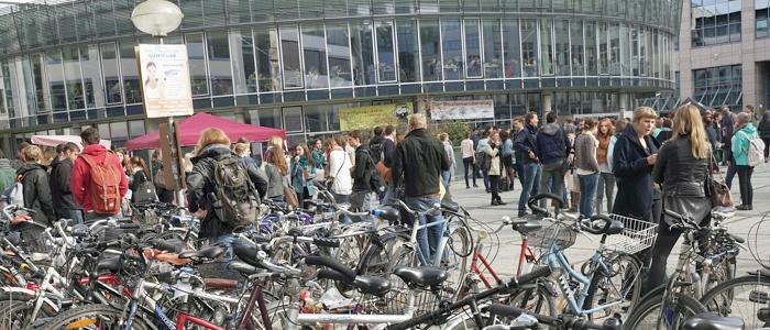 JEZT - Unzaehlige Fahrräder auf dem Campus am Ernst-Abbe-Platz - Foto © FSU Jena JP Kasper