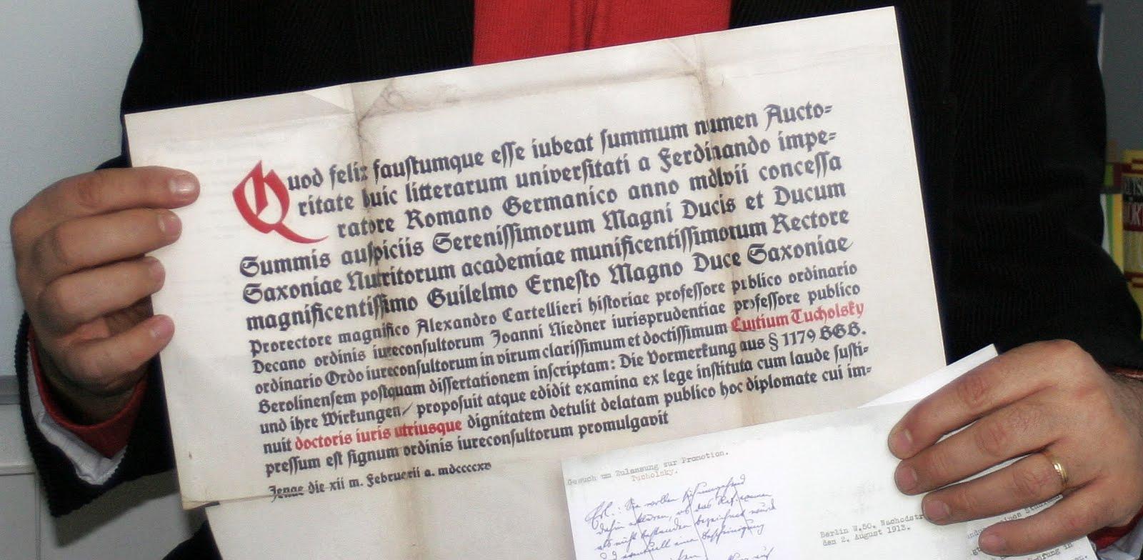 JEZT - Rainer Sauer zeigt Tucholskys Urkunde von 1915 -gross- Foto © MediaPool Jena