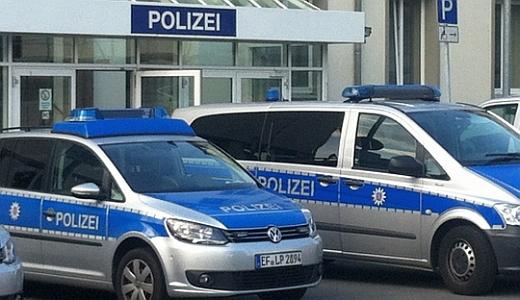 Polizeifahrzeuge vor dem Gebaeude der LPI Jena Am Anger - Foto © MediaPool Jena