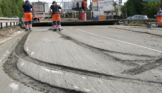Unfallschaden im Beton der Autobahn A9 - Foto 1 - Bildquelle LPI + AP Thueringen