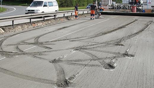Unfallschaden im Beton der Autobahn A9 - Foto 2 - Bildquelle LPI + AP Thueringen