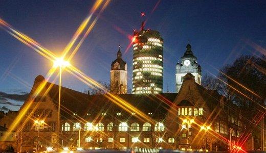 JEZT - Blick am Abend auf das historische Hauptgebaeude der FSU Jena - Foto © FSU Kasper