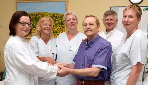 JEZT - Rolf Martin bedankt sich beim Team der Sektion Stammzelltransplantation am Universitaetsklinikum Jena - Foto © UKJ Riese