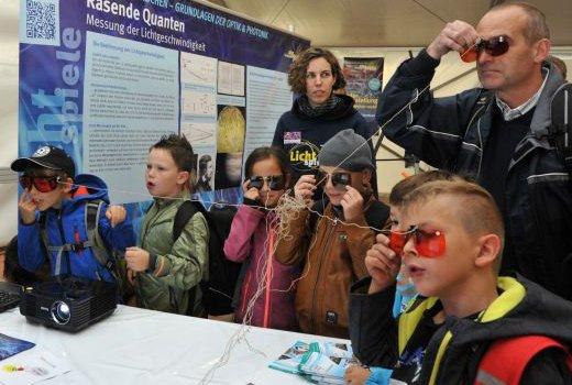 JEZT - Dass die Highlights der Physik in Jena zum Besuchermagneten wurden lag auch an den zahlreichen Schulklassen die aus dem ganzen Land anreisten  - Foto © FSU Guenther