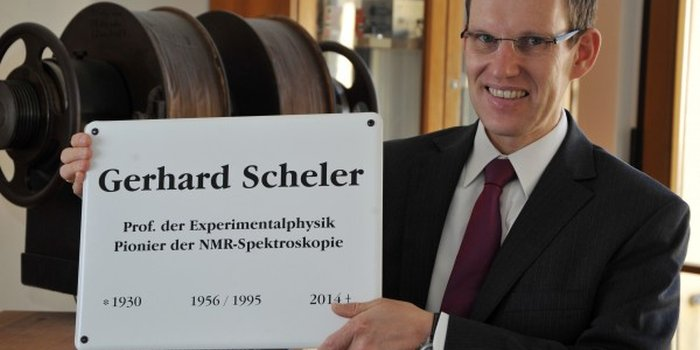 JEZT - Der Dekan der Physikalisch-Astronomischen Fakultaet der FSU Jena zeigt die Gedenktafel fuer Prof. Dr. Gerhard Scheler - Foto © FSU Guenther