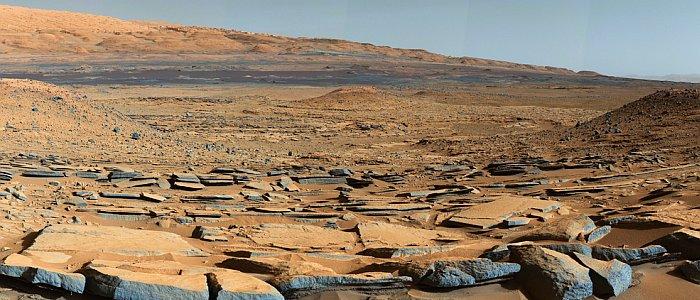 JEZT - Ein ausgetrockneter See auf dem Mars - Foto © NASA JPL Team Curiosity - Bildbearbeitung © InterJena