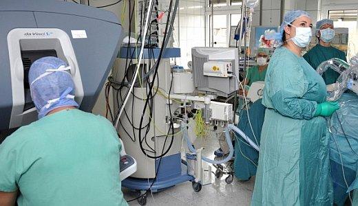 JEZT - PD Dr. Matthias Steinert und sein Team der Thoraxchirurgie operieren seit September mit dem DaVinci-OP-Roboter - Foto © UKJ Scheere