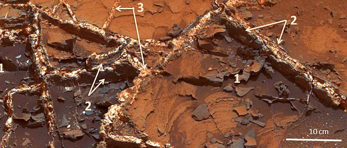JEZT - Prominent mineral veins at the Garden City site examined by the Curiosity Mars rover vary in thickness and brightnes - Foto © NASA Team Curiosity