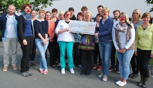 JEZT -  Teilnehmer der Weiterbildung am UKJ ueberreichen Dorothea Kromphardt eine Spende - Foto © UKJ Schleenvoigt