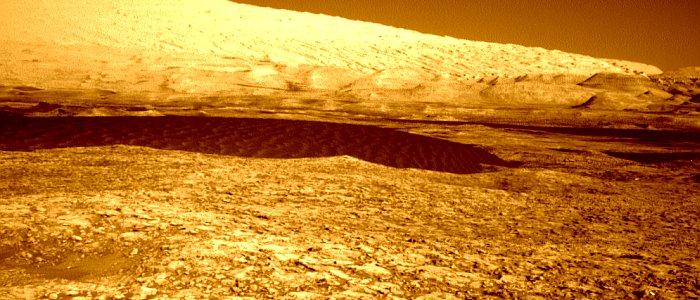 JEZT - Curiosity on its way to the black sand dunes - Foto © NASA Team Curiosity - Bildbearbeitung © InterJena