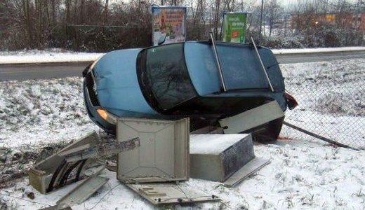 Verunfalltes Kraftfahrzeug auf der Rudolstädert Straße - Bildquelle LPI Jena