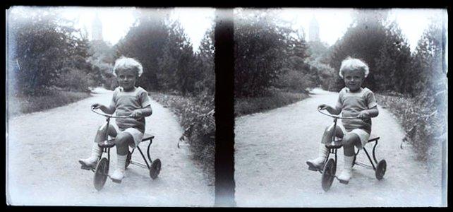 JEZT - Stereofotografien eines spielenden Kindes aus dem frühen 20. Jahrhundert - Abbildung © Stadtmuseum Jena