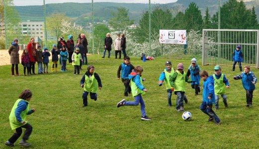 JEZT - Das erste Fußballspiel der Ganztagesgrundschule 'SteinMalEins' und der Lobdeburgschule auf der modernen Anlage. - Foto © Stadt Jena KSJ