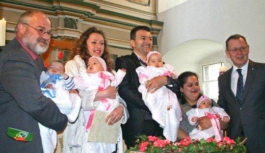 JEZT - Vierfache Taufe in Jena-Winzerla - Neben Ministerpräsident Bodo Ramelow übernahmen u. a. auch UKJ Arzt Prof. Dr. Ekkehard Schleußner eine Patenschaft - Foto © UKJ Schleenvoigt