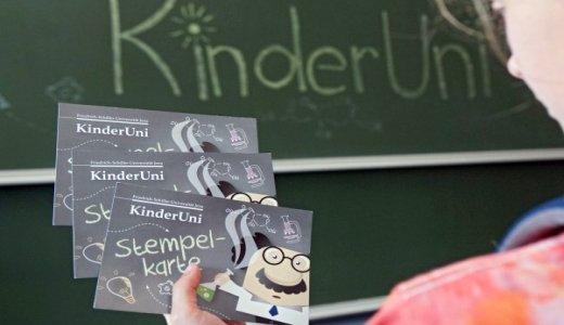 Kind mit KinderUNi Stempelkarte - Foto © FSU