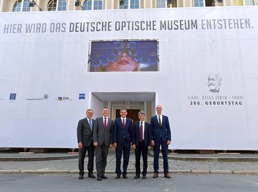 jezt-gruendungsmitglieder-vor-dem-geplanten-deutschen-optischen-museum-in-jena-foto-zeiss-juergen-scheere