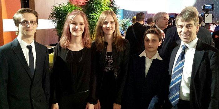 Jenas OB Dr. Albrecht Schröter mit den Siegern Jette, Claudia, Eomer und Philippe - Foto © Stadt Jena Kudernatsch