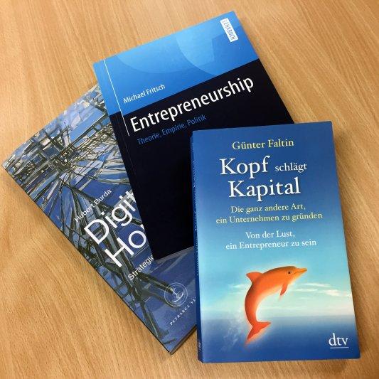 Drei Bücher zum Trainingsprogramm für junge Unternehmerinnen. - Foto © FUS Kapser