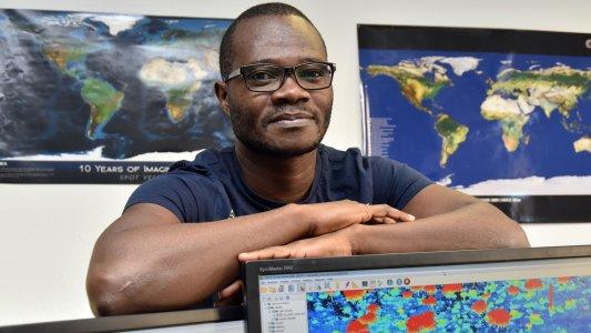 Victor Odipo hat mit Kollegen eine Methodik etabliert die geeignet ist die oberirdische Biomasse der Savannen sehr genau zu vermessen. - Foto © UKJ Günther