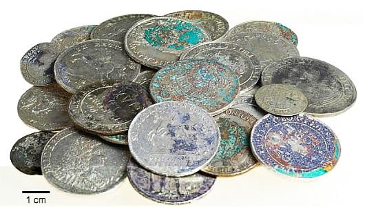 Übersichtsaufnahme von 25 der 75 Münzen des Silberschatzes aus Kunitz - Foto © TLDA Mario Schlapke