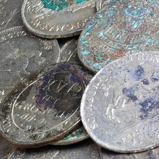 Detailaufnahme der Münzen des Silberschatzes aus Kunitz - Foto © TLDA Mario Schlapke