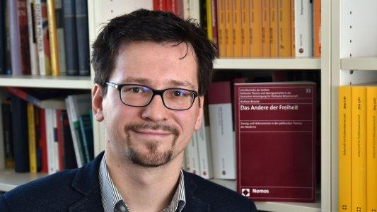 Andreas Braune - Die Ergebnisse seiner Forschungen zum Begriff des Zwangs liegen auch als Buch vor. - Foto © FSU Jena Günther