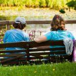 Siitzbänke vor dem Teich im Außenbereich des Botanischen Gartens. - Foto © Stadt Jena Jens Hauspurg