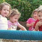 Olivia, Amelia, Xhesika und Frederic erblickten 2015 am UKJ das Licht der Welt und waren die ersten Vierlinge in Thüringen seit zwölf Jahren. Das gesamte Team des Perinatalzentrums, das sich vor, während und nach der Geburt um Mutter und Kinder gekümmert hatte, gratuliert der Familie zum dritten Geburtstag der Kinder. – Foto © privat