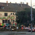 Am Wochenende im Außenbeeich des Insel-Hauses in Jena errichtete Barikaden wurden wieder beseitigt. - Foto © MediaPool Jena
