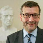 Büste von Friedrich Schiller und davor Prof. Dr. Walter Rosenthal. - Foto © FSU Jena