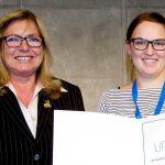 Dr. Friederike Weschenfelder (rechts) erhält das Ernst-Beinder-Stipendium von Prof. Birgit Seelbach-Göpel, Präsidentin der Deutschen Gesellschaft für Gynäkologie und Geburtshilfe. - Foto © DGGG e.V.