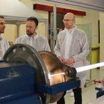 Dr. Ulrich Lossen (3. v.r.) informiert JenaWirtschaft-Chef Wilfried Röpke (r.) und Oberbürgermeister Dr. Thomas Nitzsche (2. v.r.) über die Produktion von Glasfaser-Preformen. - Foto © JenaWirtschaft