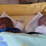 Nur 23 Wochen im Mutterleib: Sehr früh geborene Zwillingsjungen können dank Versorgung am UKJ wieder nach Hause